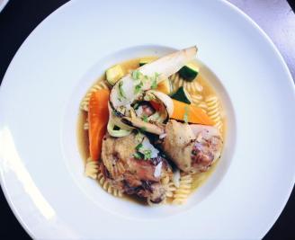 Un bouillon de poule, fusillis, volaille & légumes